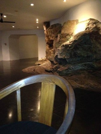 Heritance Kandalama : Built into the hillside, many of the internal walls are natural rock.