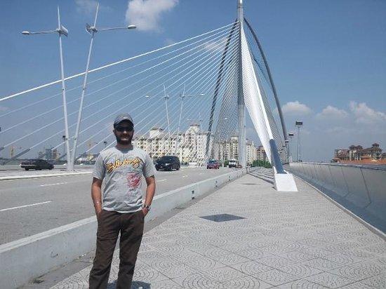 Le pont de Putrajaya : bRIDGE