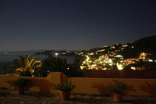 Poseidon Villas : Utsikten från rummet nattetid