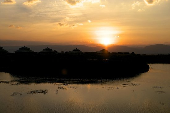 Aureum Palace Resort & Spa Inle: Great Sun-set view from the villa terrace
