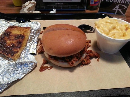 4 Rivers Smokehouse : Pulled Chicken, Mac and cheese, cheese grits
