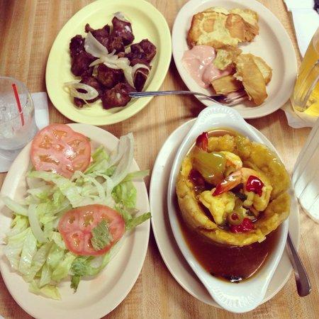Restaurant El Siglo XX : Chicharrones, tostones de pana, ensalada y mofongo de camarones.