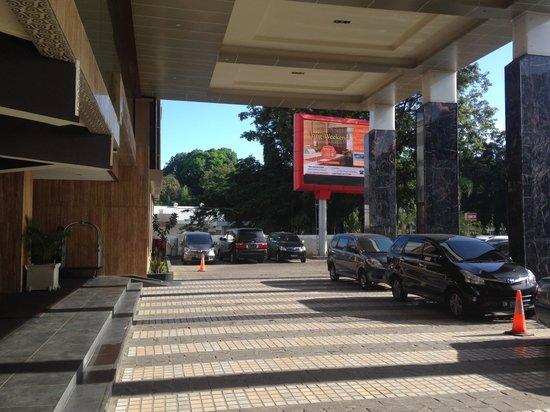 Horison Ultima Makassar Hotel: fasade dan area parkir