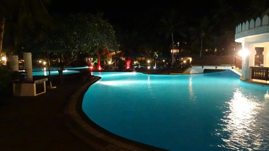 Southern Palms Beach Resort : pool at night
