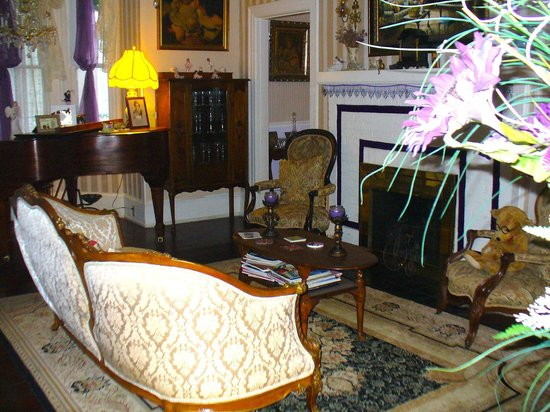 Penny Farthing Inn : The Parlor
