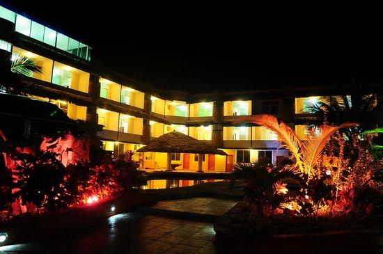 Hotel Bernabeth: Habitaciones del hotel desde fuera y por la noche