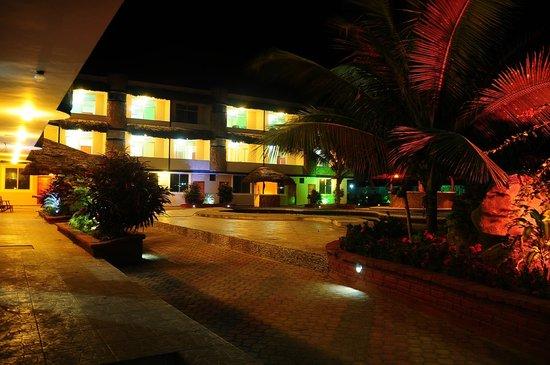 Hotel Bernabeth: Vista nocturna de las habitaciones del hotel desde fuera