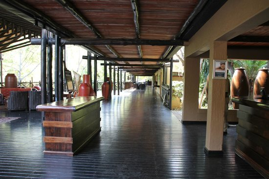 Protea Hotel by Marriott Kruger Gate: Walkway to dining and outside..