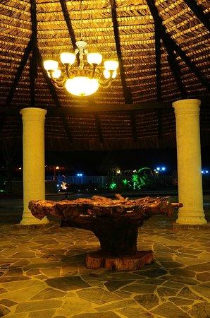Hotel Bernabeth: Comedor del hotel por la noche