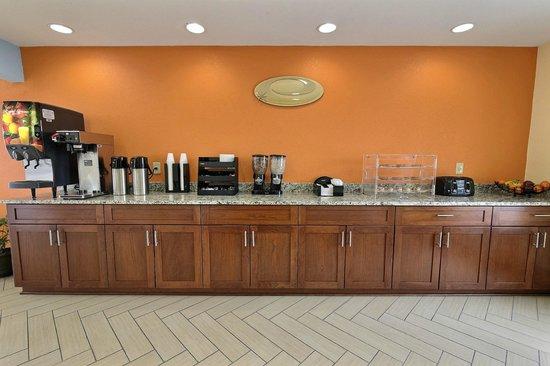 Econo Lodge Near Norfolk State University: Breakfast Bar