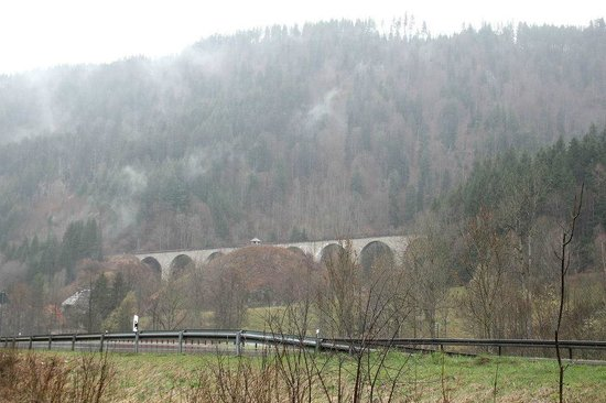 Best Western Hotel Hofgut Sternen: Beautiful rail bridge behind the hotel