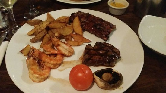 The White Hart Hotel: Mixed combo, 6 ounce rump steak,  king prawns and baby ribs. Steak and ribs were really tasty, s