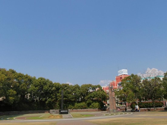 Nagasaki Peace Park: 黒い御影石の碑、上空約500mの所で原爆が炸裂しました