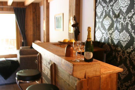 Chalet Pomet: Hand crafted bar from timber over 200 years old!