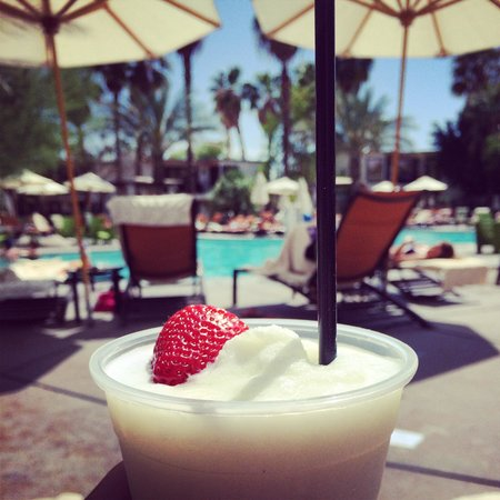The Riviera Palm Springs, A Tribute Portfolio Resort: Drink by the pool