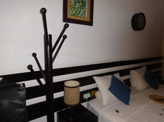 Cinnamon Hotel Saigon : Detail - art deco style coat hanger