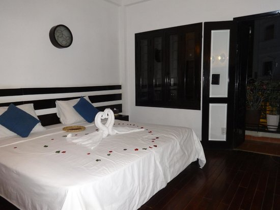 Cinnamon Hotel Saigon : Bedroom with swan love towels
