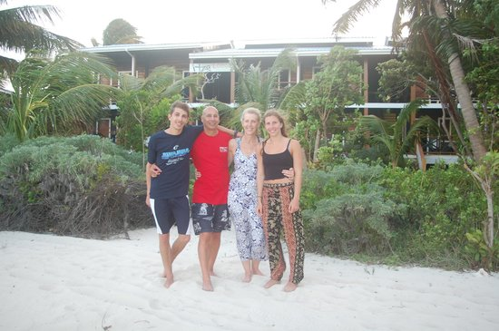 Itza Lodge : Our family in front of the Lodge