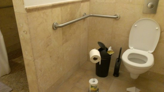 StayOn Beverly Hostel: Handicapped bathroom (a little bigger than the regular ones)