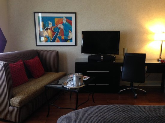 Madison Hotel: Our room - sofa, TV