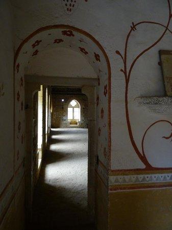 Chantier Medieval de Guedelon : La grande salle vue de la chambre des invités de marque