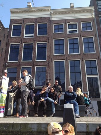 Lovers Canal Cruises : People waiting at Anne Frank House stop