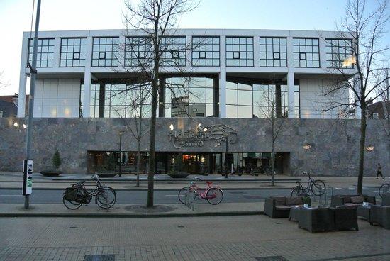 Hampshire Hotel - City Groningen: Казино напротив отеля