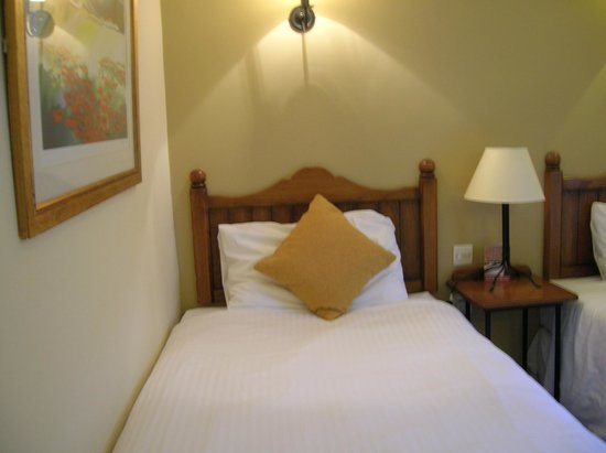 Innkeepers Lodge Edinburgh Corstorphine: Comfy beds, extra pillows available