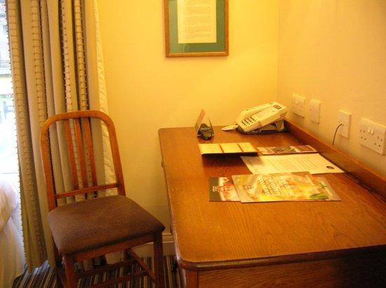 Innkeepers Lodge Edinburgh Corstorphine: Desk, hairdryer in drawer