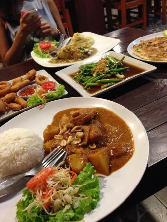 Massaman Restaurant & Bar: average thai food