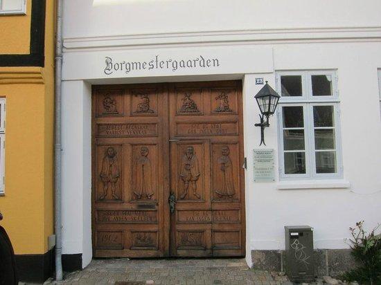 Hotel Borgmestergaarden : Indgang til hotel og have