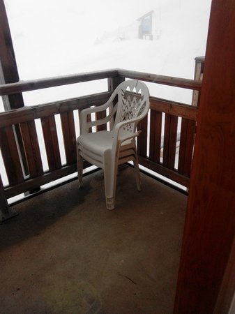 Madame Vacances Residence Le Parc des Airelles: état déplorable du salon de jardin