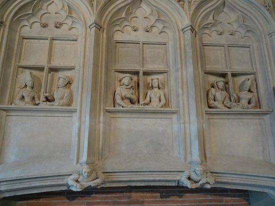 Palais Jacques Coeur : Sculpture de personnages à une fenêtre