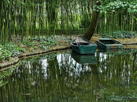 Giverny, Frankrijk: Boats moored along the shore of Monet's lily ponds
