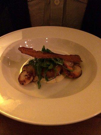 The Richmond Arms: Garlic scallops with cauliflower macaroni and crispy pancetta