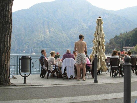 Villa del Balbianello: Bar Sport along the promenade in Lenno