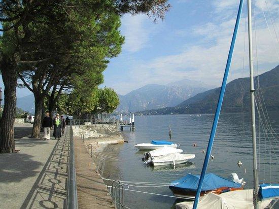Villa del Balbianello: Along the promenade in Lenno