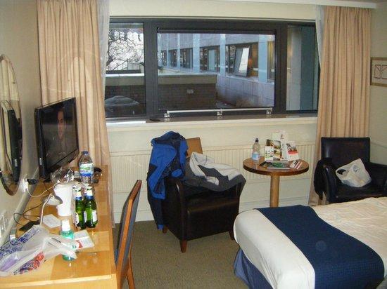 Holiday Inn Cardiff City Centre: Chair & table