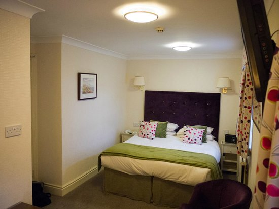 Ascot House Hotel Harrogate: Lovely bed in a relaxing setting