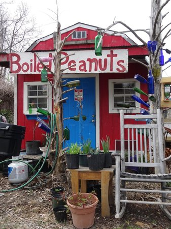 The Tomato Place: Colorf and fun beckon you to stop in