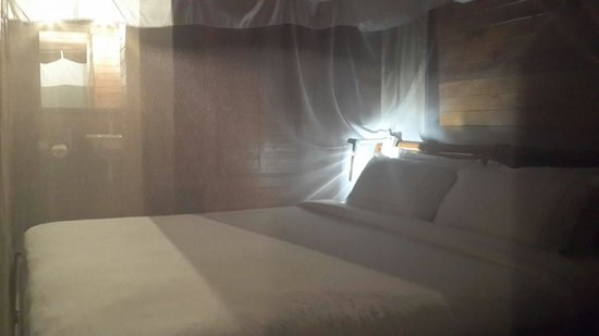 Flamingo Bay Water Lodge : Inviting room... ready to sleep...