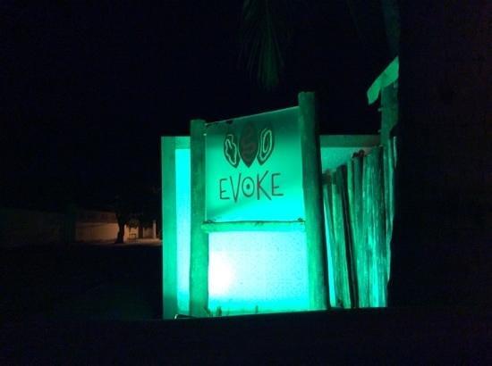 Evoke Bar e Comedoria: faixada noturna