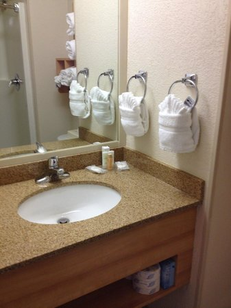 Comfort Suites Seven Mile Beach: Bathroom sink