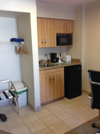 Comfort Suites Seven Mile Beach : Kitchenette area with closet space