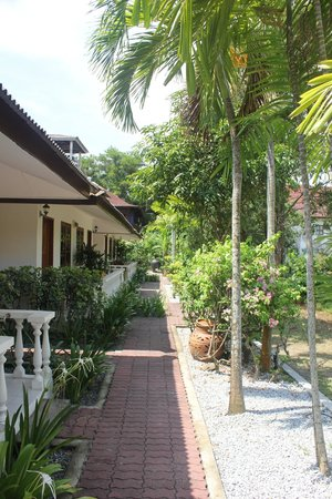Tropical Resort : Два ряда домиков. Все крайне мило и уютно!