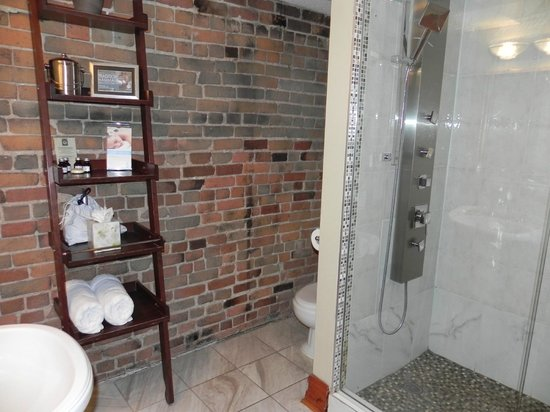 Auberge du Vieux-Port : Bathroom - rain shower & jets