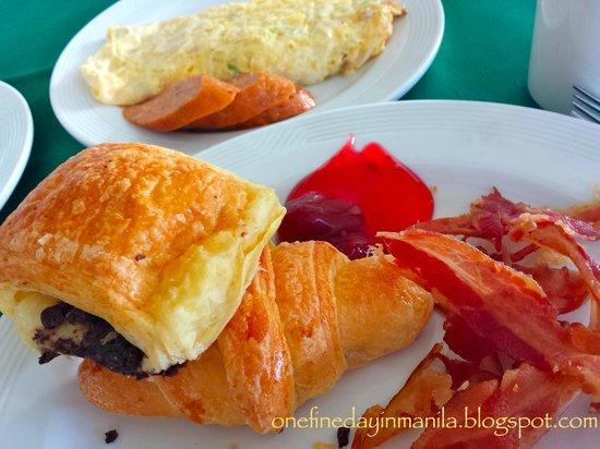 Taal Vista Hotel: sampling of breakfast