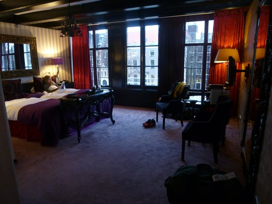 The Toren: Interior of room on the water