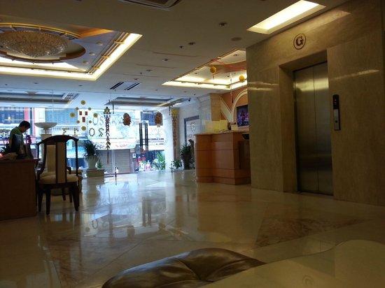 Alagon Western Hotel: ресепшен отеля
