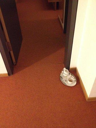 Parkhotel Ostfildern: Geschirr vor der Tür